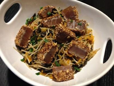 Thon mi-cuit et nouilles sautées aux légumes et Wakamé