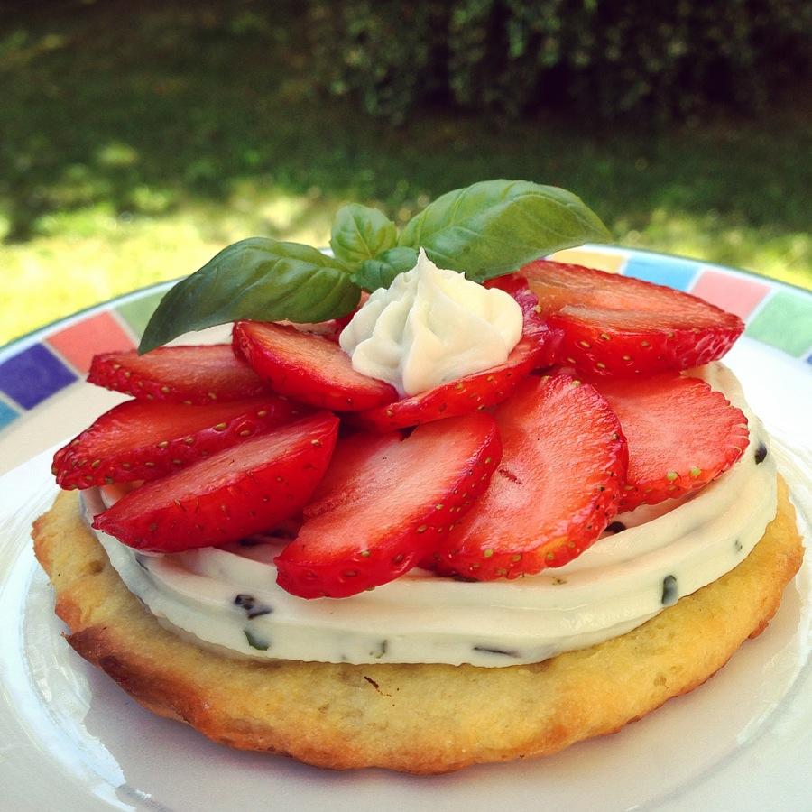 tarte fraises mascarpone et basilic papa en cuisine. Black Bedroom Furniture Sets. Home Design Ideas